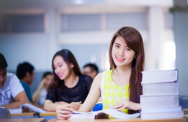 Sinh viên kinh doanh online